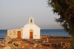 Een kleine kerk op de kust Stock Foto's