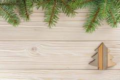 Een kleine Kerstboom op witte houten achtergrond Het frame van nette takken Royalty-vrije Stock Afbeelding