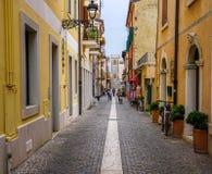 Een kleine kleurrijke straat in Bordolino, Italië stock afbeeldingen