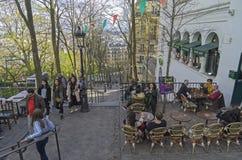 Een kleine koffie op de treden die tot de bovenkant van Montmartre leiden PA royalty-vrije stock fotografie