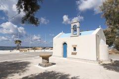 Een kleine Kretenzische kapel en een doopvont op de strandboulevard Royalty-vrije Stock Afbeeldingen