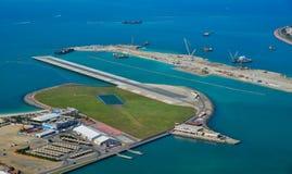 Een kleine luchthaven op het kunstmatige eiland stock foto