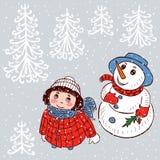 Een kleine meisje en een sneeuwman bekijken de sneeuw Stock Foto