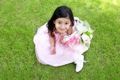 Een kleine meisjeszitting in het park royalty-vrije stock afbeeldingen