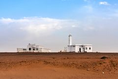 Een kleine moskee in de woestijn op de weg tussen Afif en Mahd Al Thahab, Saudi-Arabië stock afbeeldingen