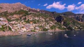 Een kleine motorboot is snel op het water De reis van het toeristenjacht, watervervoer, verkeer, vergunning huurvakantie op het s stock video
