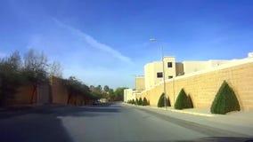 Een kleine naamloze straat in Riyadh van de binnenstad op een zonnige dag stock footage