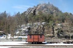 Een kleine oude spoorwegauto voor een rotsachtergrond royalty-vrije stock fotografie
