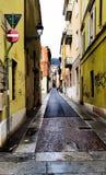 Een kleine oude voetstraat in Italië stock afbeeldingen