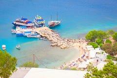 Een kleine pijler met boten bij het strand Stock Foto's