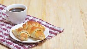 Een kleine plaat van croissants, een koffie in kop stock fotografie