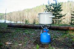 Een kleine pot op het gasfornuis stock fotografie