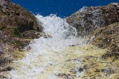 Een kleine rivier in de bergen royalty-vrije stock afbeeldingen