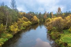 Een kleine rivier in de decoratie van de gele de herfstbomen Royalty-vrije Stock Foto