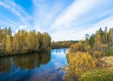 Een kleine rivier in de decoratie van de gele de herfstbomen Stock Fotografie