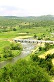 Een kleine rivier met de brug van de dorpsweg royalty-vrije stock fotografie