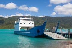 Een kleine ro/ro-type autoveerboot Royalty-vrije Stock Fotografie