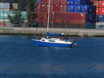 Een kleine rubberboot die onder macht voorbij Blackrock-Kasteel op Lough Mahon saiiing royalty-vrije stock afbeelding