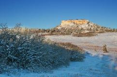 Een kleine sneeuwmesa van rots op een kernachtige bevriezende ochtend in de Open plek van Groenland dichtbij Monument, Colorado stock foto's