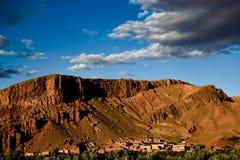 Een kleine stad bij de voet van een berg Royalty-vrije Stock Foto's