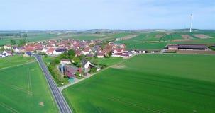 Een kleine stad dichtbij windgenerators, windgenerators tegen de achtergrond van een Europese stad, stock footage