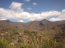 Een kleine stad in een vallei Met heuvels die het omringen royalty-vrije stock fotografie