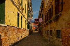 Een kleine steeg in Venetië stock afbeeldingen
