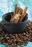 Een kleine steelpan met een korrel van koffie Stock Afbeelding
