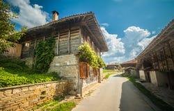 Een kleine straat met oude blokhuizen in het dorp Zheravna van Balkan Zonnige dag september Royalty-vrije Stock Afbeeldingen