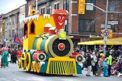 Een kleine trein in de Parade van de Kerstman Stock Foto