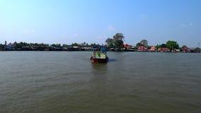 Een kleine veerboot kruist Chao Phraya River stock footage