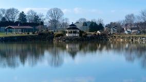 Een kleine vijver met een gazebo die in het water, op een mooie, kalme en stille dag, de Provincie van Lancaster, PA nadenken royalty-vrije stock fotografie