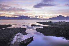Een kleine vissersboot bij dageraad Stock Fotografie