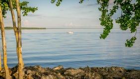 Een kleine vissersboot in het water op een de zomersdag stock afbeelding