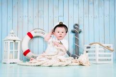 Een kleine vrolijke kapitein in een maritiem binnenland royalty-vrije stock fotografie