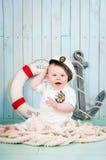 Een kleine vrolijke kapitein in een maritiem binnenland stock afbeelding