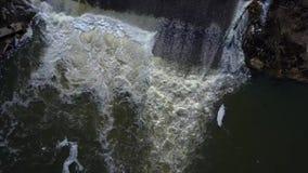 Een kleine waterval op de rivier stock video