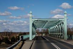 Een kleine wegbrug Staalwegenbouw op rive wordt vastgenageld die royalty-vrije stock afbeelding