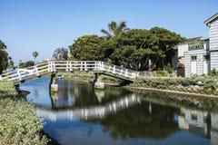 Een kleine Witte brug royalty-vrije stock afbeeldingen