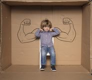 Een kleine zakenman toont zijn sterke punten tijdens een baangesprek stock afbeelding