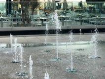 Een kleine zingende fontein in openlucht, op de straat Dalingen van water, stralen van water in de lucht tijdens de vlucht worden royalty-vrije stock foto's