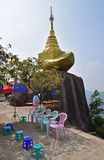 Een kleinere gouden rots op de manier tot de bovenkant van Kyaiktiyo-Pagode bij Mon-Staat, Birma Royalty-vrije Stock Afbeelding