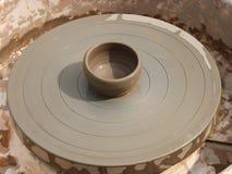 Een kleipot op een aardewerkwiel Stock Afbeeldingen