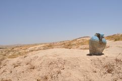 Een kleiwaterkruik in de woestijn Berbers die op sachar leven Een een het branden klimaat en zand royalty-vrije stock afbeeldingen