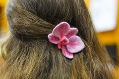 Een klem van het papaverhaar van wol wordt gemaakt die haarklem van gevoelde bloem decoratie van gevoeld worden gemaakt, haar, bl royalty-vrije stock afbeeldingen