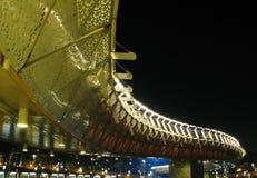 Een kleurenbrug bij nacht stock afbeeldingen