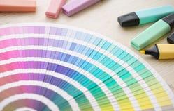 Een kleurenpalet en een kleurrijke highlighters of tellers stock fotografie