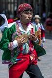 Een kleurrijk geklede uitvoerder danst onderaan een Cusco-straat tijdens de Meidagparade in Peru Royalty-vrije Stock Fotografie