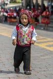 Een kleurrijk geklede uitvoerder danst onderaan een Cusco-straat tijdens de Meidagparade in Peru Stock Foto