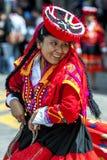 Een kleurrijk geklede uitvoerder danst onderaan een Cusco-straat tijdens de Meidagparade in Peru Royalty-vrije Stock Foto's